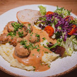 Mari's Treehouse lounasravintola, lihapullat ja perunamuusi